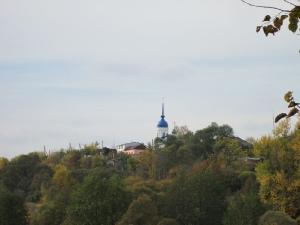 Колокольня монастыря — вид с пригорка