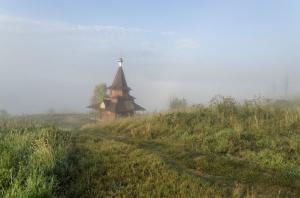 Колокольня в дымке речного тумана