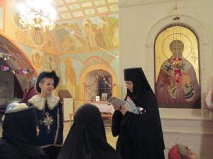 Мать Михаила одаривает юных артистов