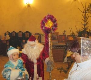 Дед Мороз со Снегурочкой дарят подарки