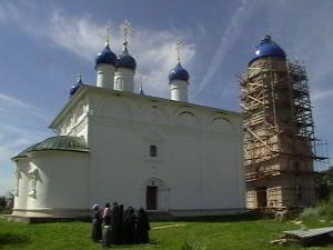 Установка купола и временного креста на колокольне